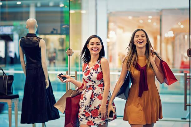 shopping mädchen treten in einem bekleidungsgeschäft - kleider günstig kaufen stock-fotos und bilder
