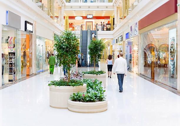 boutiques hall n ° 4. flou en mouvement - centre commercial photos et images de collection