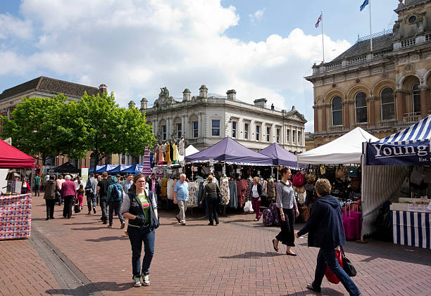 shopping in ipswich market, suffolk - ipswich town stock-fotos und bilder