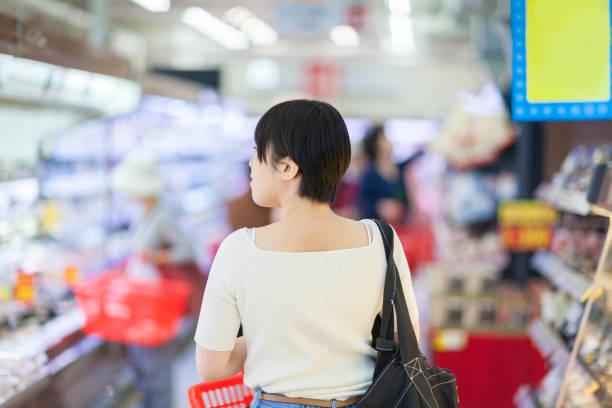 スーパー マーケットでのショッピング - スーパーマーケット 日本 ストックフォトと画像