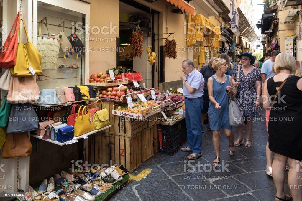91c37467794c72 Winkelen In De Smalle Straatjes Van Sorrento In De Buurt Van Napels ...