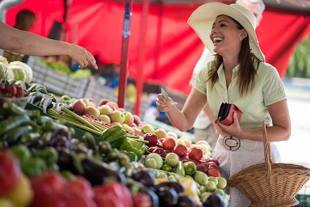 shopping in gemüsemarkt - kürbis kaufen stock-fotos und bilder