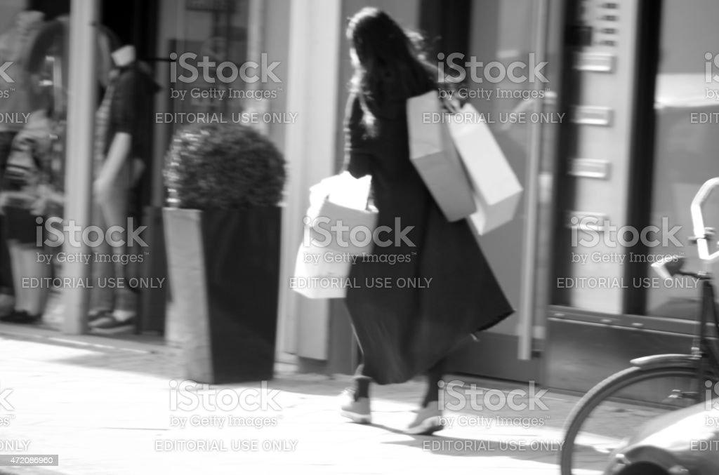 Shopping mulher em Amsterdan cidade - foto de acervo