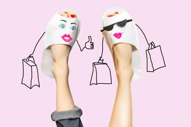 beine wie zwei freunde zusammen shopkonzept einkaufen - besondere geschenke stock-fotos und bilder