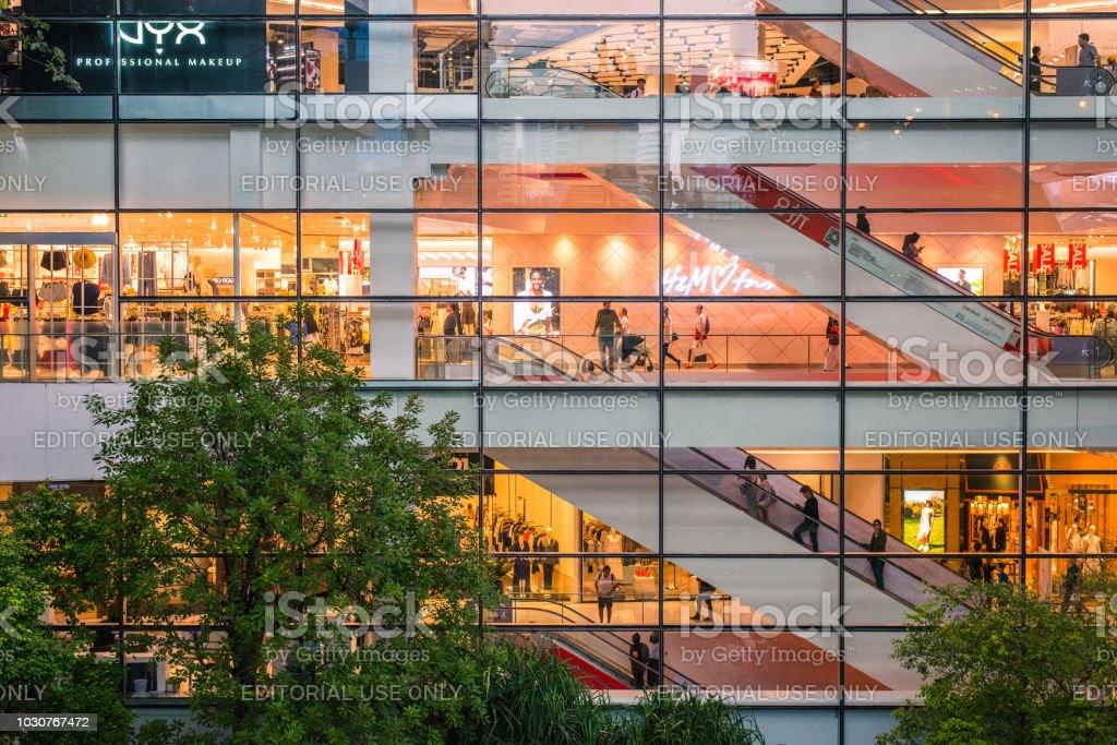 Einkaufszentrum bei Nacht – Foto