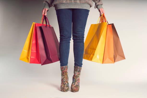 verrückt nach shopping - damen jeans sale stock-fotos und bilder