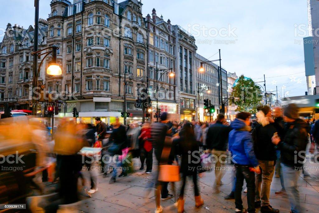 shopping on oxford street london christmas day lizenzfreies stock foto