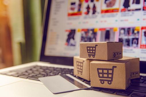 Shopping Online Conceptshopping Service Op Het Online Web Met Betaling Per Creditcard En Biedt Levering Aan Huis Pakje Of Papieren Kartons Met Een Winkelwagentje Logo Op Een Laptop Toetsenbord Stockfoto en meer beelden van Bedrijfsleven
