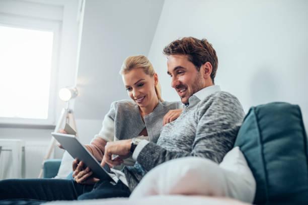 online-shopping ist nie einfacher gewesen - sofa online kaufen stock-fotos und bilder