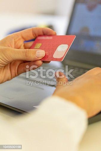 istock Shopping online 1045530158