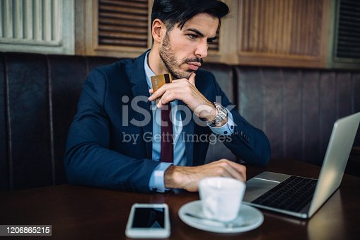 istock Shopping online 1206865215