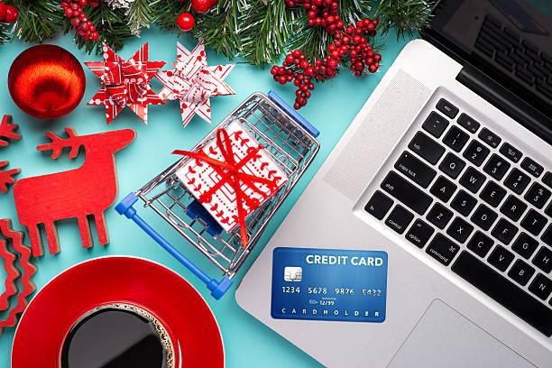 online-shopping mit kreditkarte - weihnachtsprogramm stock-fotos und bilder
