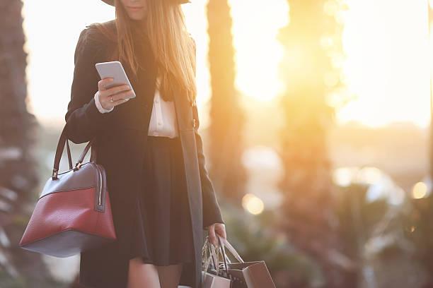 shopping - handytasche stock-fotos und bilder