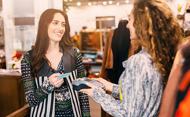 shopping - kleider günstig kaufen stock-fotos und bilder