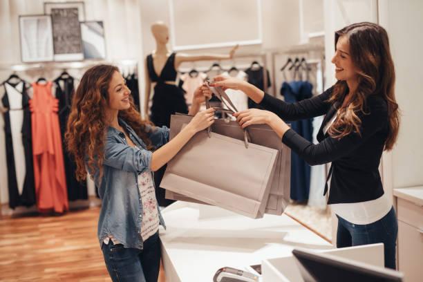 winkelen - verkoopster stockfoto's en -beelden