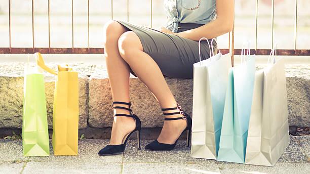 shopping-therapie für womankind - dresses online shop stock-fotos und bilder