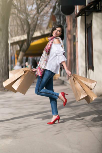 shopping time - damen jeans sale stock-fotos und bilder