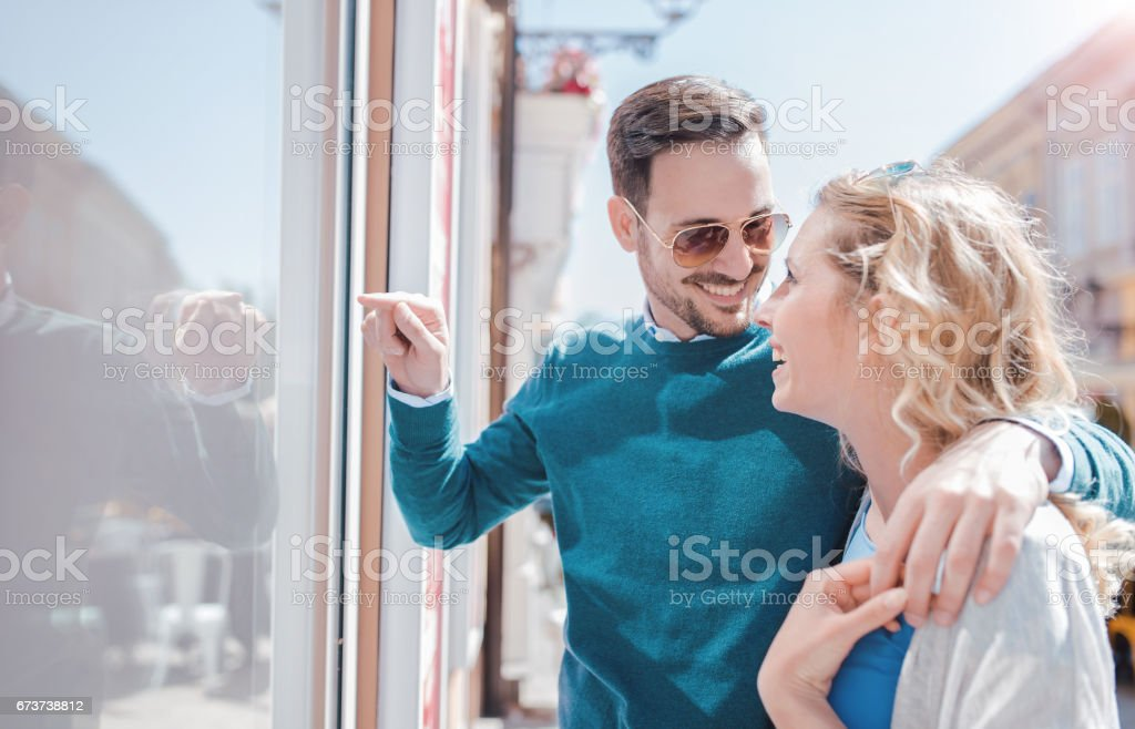 Alışveriş zamanı. Genç çift alışveriş. Tüketim, aşk, flört, yaşam kavramı royalty-free stock photo