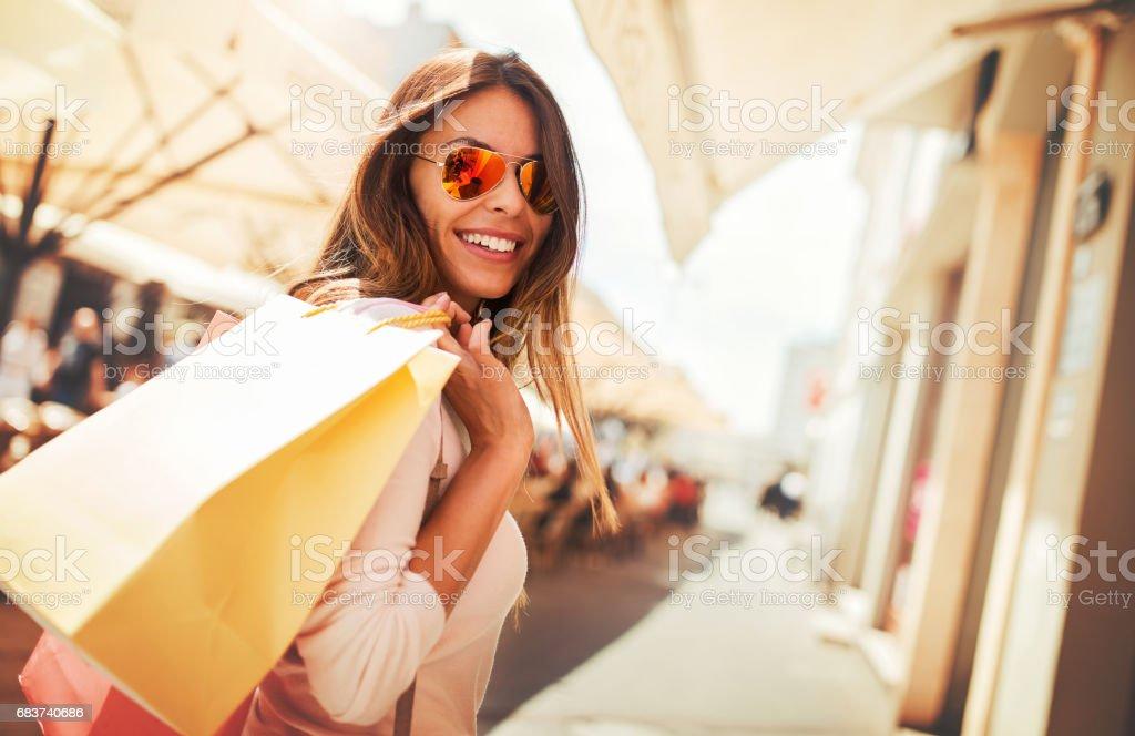 Einkaufszeit. Junge Frau beim Einkauf, auf der Suche nach präsentiert. Konsum, shopping, Lifestyle-Konzept – Foto
