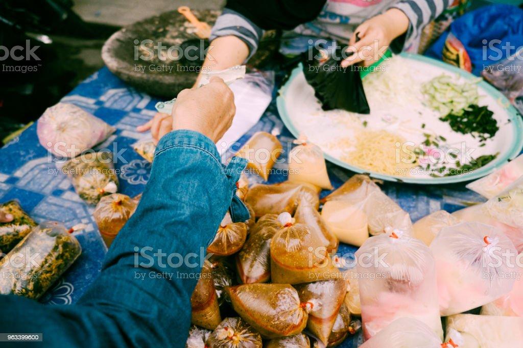 Shopping traditional food for iftar in bazaar - Zbiór zdjęć royalty-free (Dorosły)