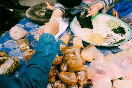 Shopping Traditional Food For Iftar In Bazaar - zdjęcia stockowe i więcej obrazów Dorosły