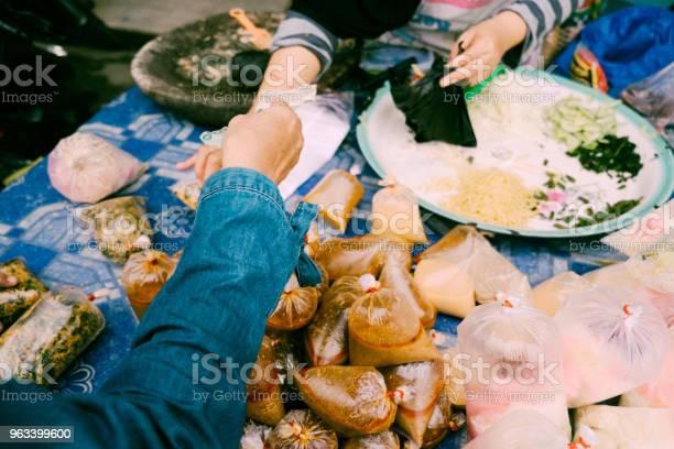 Zakupy Tradycyjne Jedzenie Dla Iftar Na Bazarze - zdjęcia stockowe i więcej obrazów Dorosły