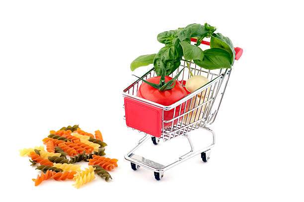 shopping trolley with noodles, tomato, basil and garlic - kochen mit oliver stock-fotos und bilder
