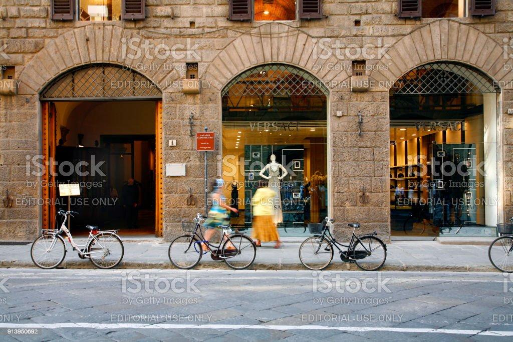 0112953972826f Winkelen Versace Florence Italië Stockfoto en meer beelden van ...