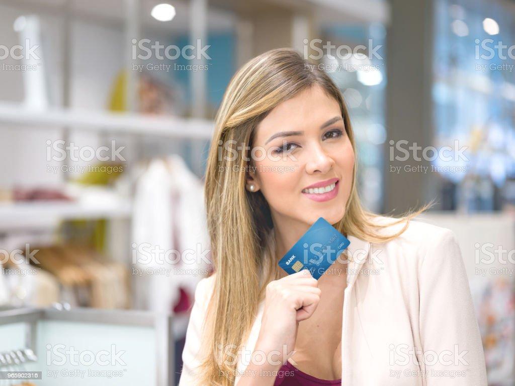 Shopping woman holding a credit card - Royalty-free Acessório Financeiro Foto de stock