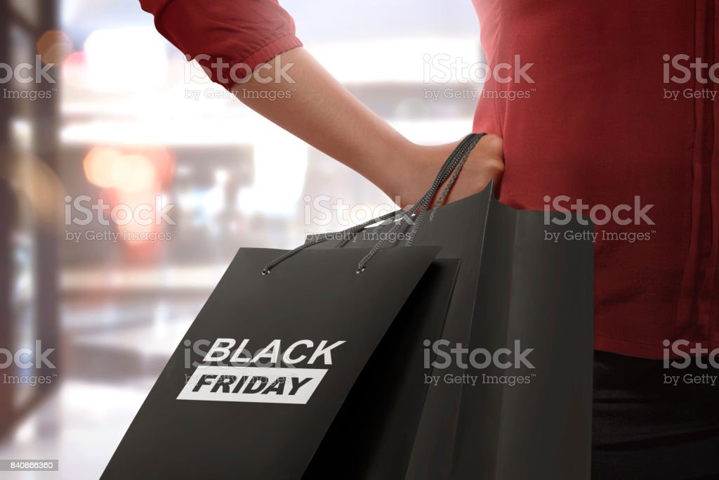 Frau mit Papiertüten Black Friday Shopping – Foto