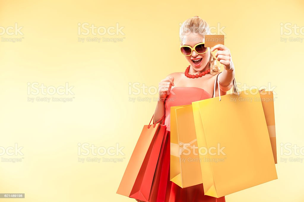 Shopping woman holding color bags and showing sale card. foto stock royalty-free