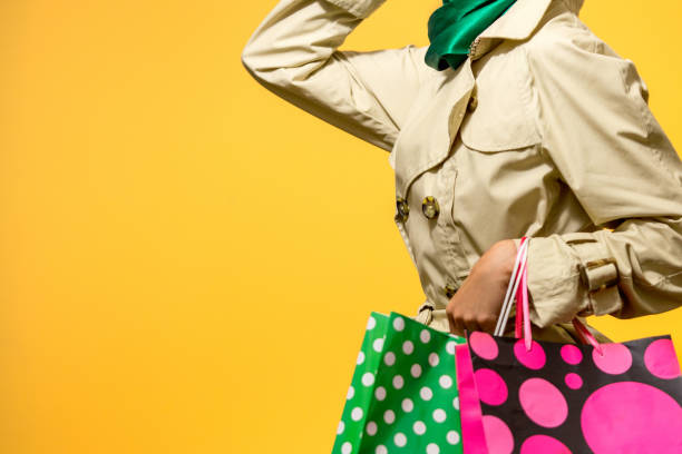 frau in herbstlichen farben einkaufen - flippige outfits stock-fotos und bilder