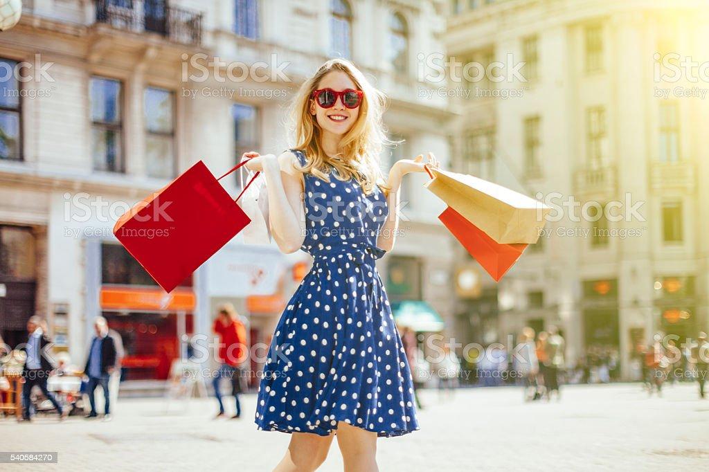 Mujer de compras en la ciudad - foto de stock