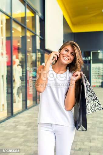 531536422istockphoto Shopping woman in the city 820383058