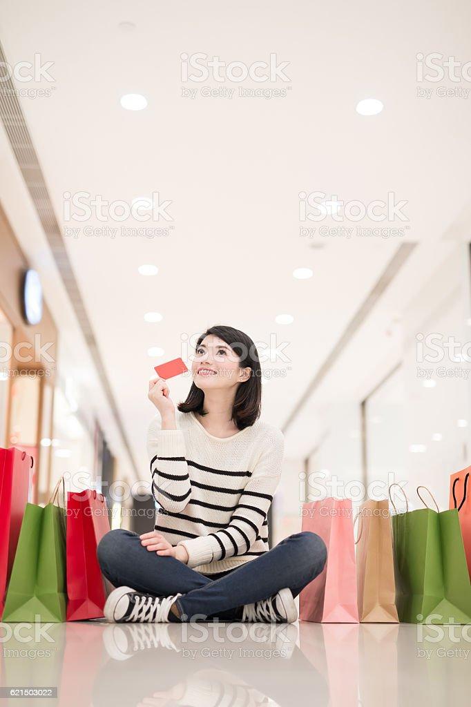 shopping woman show credit card Lizenzfreies stock-foto