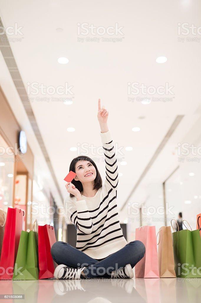 shopping woman show credit card photo libre de droits