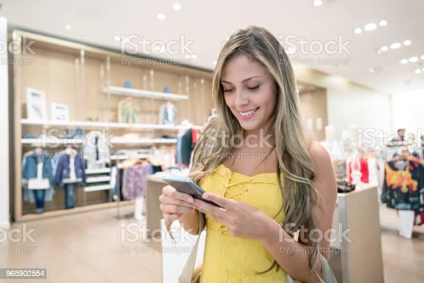 Shopping Woman Texting On Her Phone - Fotografias de stock e mais imagens de A usar um telefone