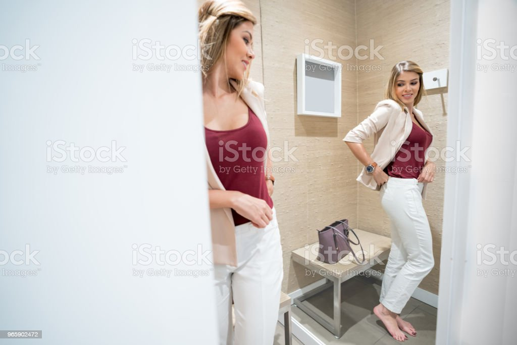 Shopping woman trying clothes in the dressing room - Royalty-free 20-29 Years Stock Photo
