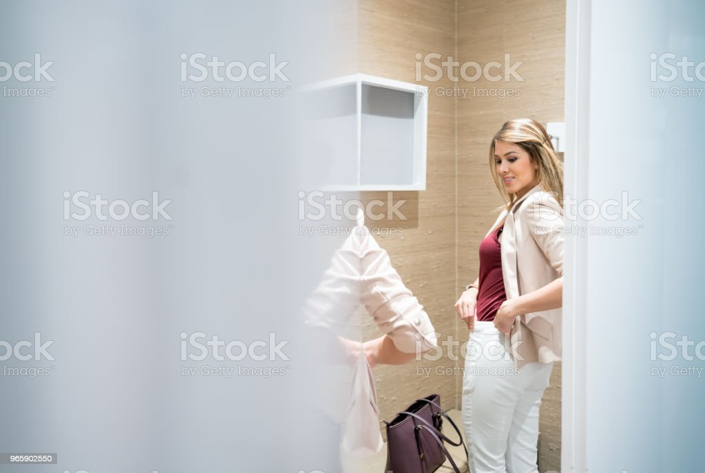Shopping woman trying clothes in the fitting room - Royalty-free 20-29 Years Stock Photo