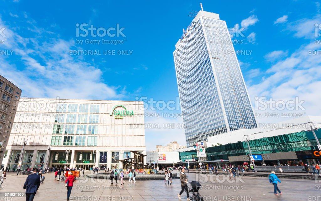 Geschäfte und Hotel am Alexanderplatz in Berlin – Foto