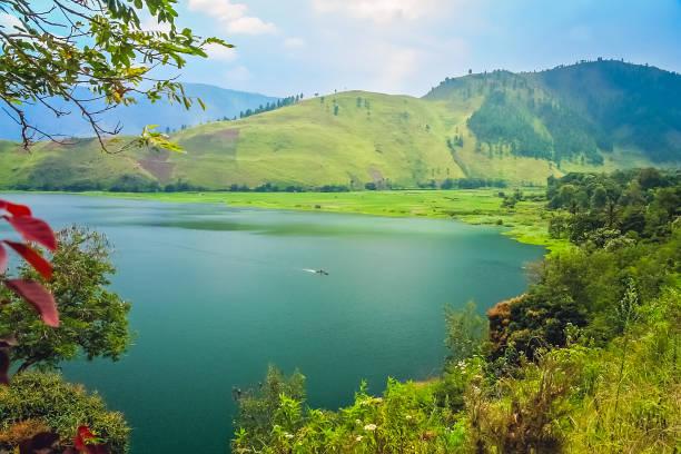 Shore of the magnificent lake toba in sumatra picture id911434680?b=1&k=6&m=911434680&s=612x612&w=0&h=qnvifplstt8pt2uc4t4bhaiplbbvvobguchxln06kgy=