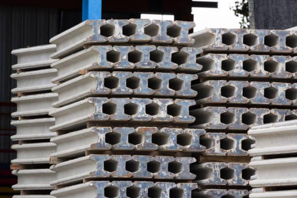 kurz i strahl betonstangen in der fabrik. vorgefertigte vorgespannte stahlbetonstäbe. - betonwerkstein stock-fotos und bilder