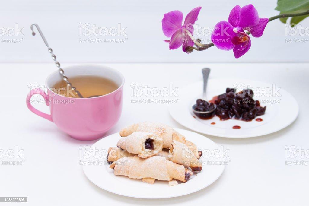 Kurzbrötchencroissant Mit Marmelade Und Tasse Tee Auf Weißem