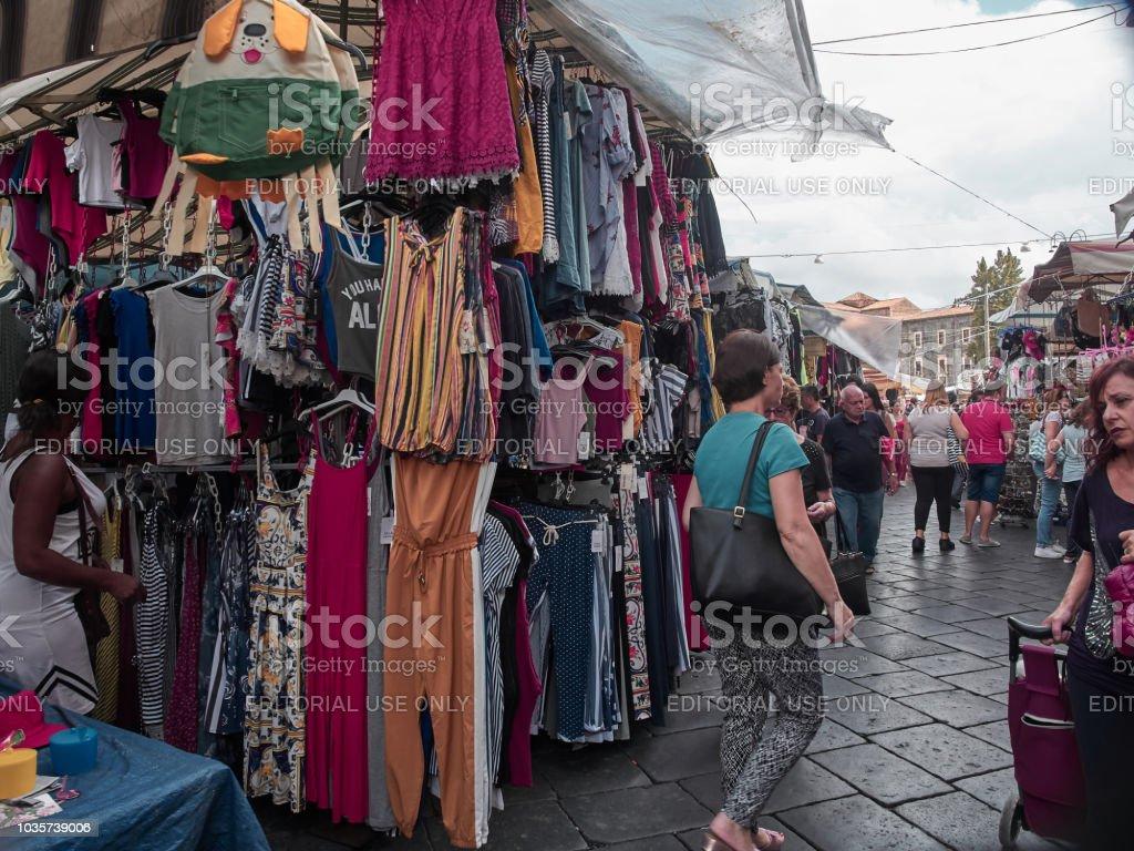 Tiro de um stand de roupa na tradicional