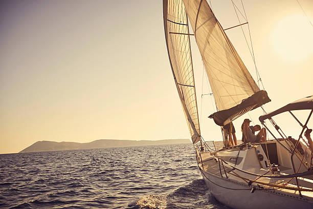 ショットの若いカップルが一緒に過ごす時間のヨット - 豊かなライフスタイル ストックフォトと画像