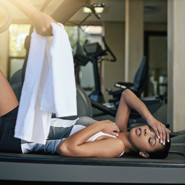 sweating it out in the gym - black woman towel workout bildbanksfoton och bilder