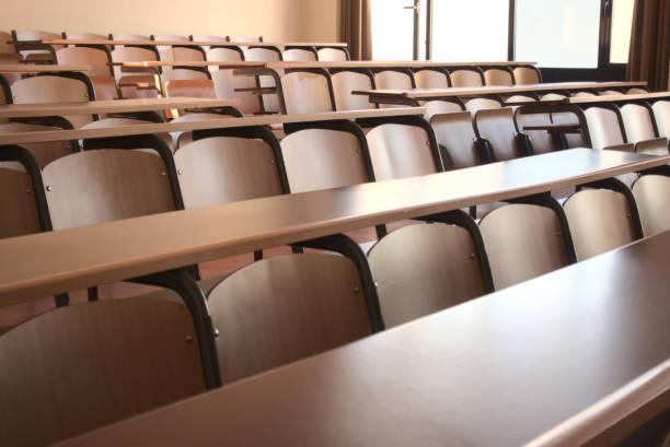 tiro de uma sala de aula vazia após o cancelamento de escolas em relação ao covid 19 - universidade - fotografias e filmes do acervo