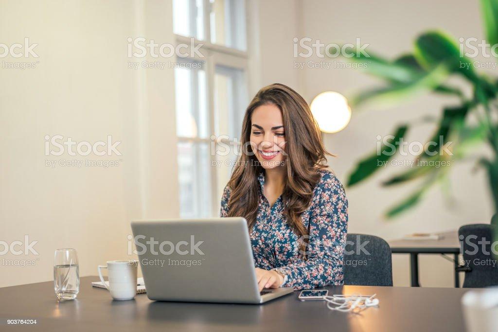 Schuss von einem executive Geschäftsfrau auf ihrem Laptop im Büro arbeiten. – Foto