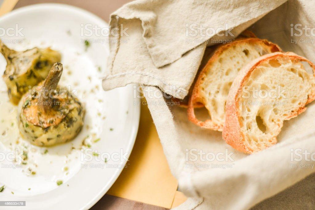 Scatto di fagioli Roman carciofi e pane, Italia - foto stock
