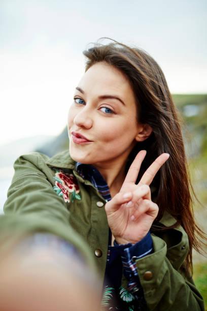 POV Aufnahme schöne Frau posiert während der Einnahme von Selfie gegen Himmel – Foto